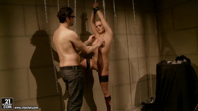 Blonde Gives Giving Oral Pleasure To Hot Guy
